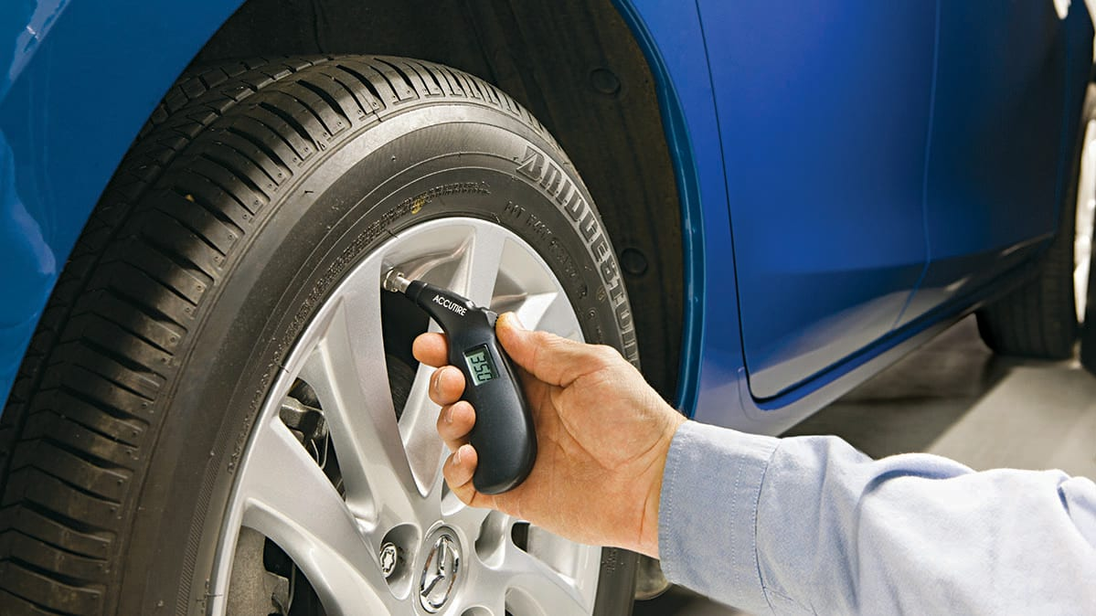 CR-Cars-InlineHero-Checking-Tire-Pressure-5-19